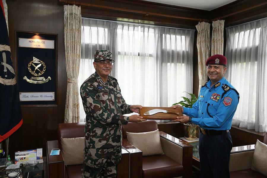नवनियुक्त आईजीपीलाई बधाई दिन प्रहरी हेडक्वाटर पुगे सेना प्रमुख