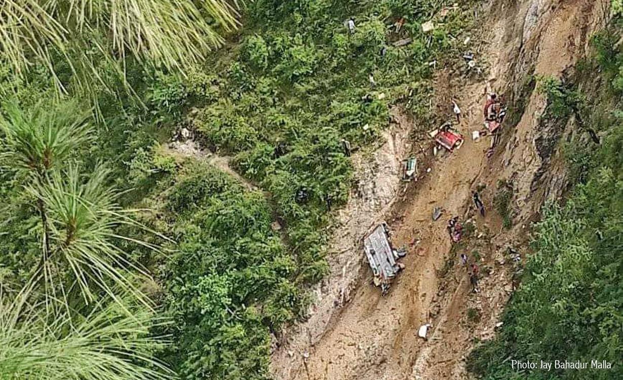 मुगु बस दुर्घटना : अगाडिको टायर पञ्चर भएर भीरबाट खस्यो, मृतकको संख्या ३२ जना पुग्यो